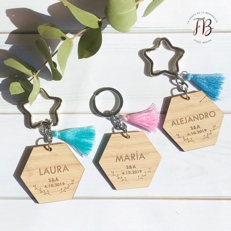 Llavero hexagonal con borla personalizado madera boda
